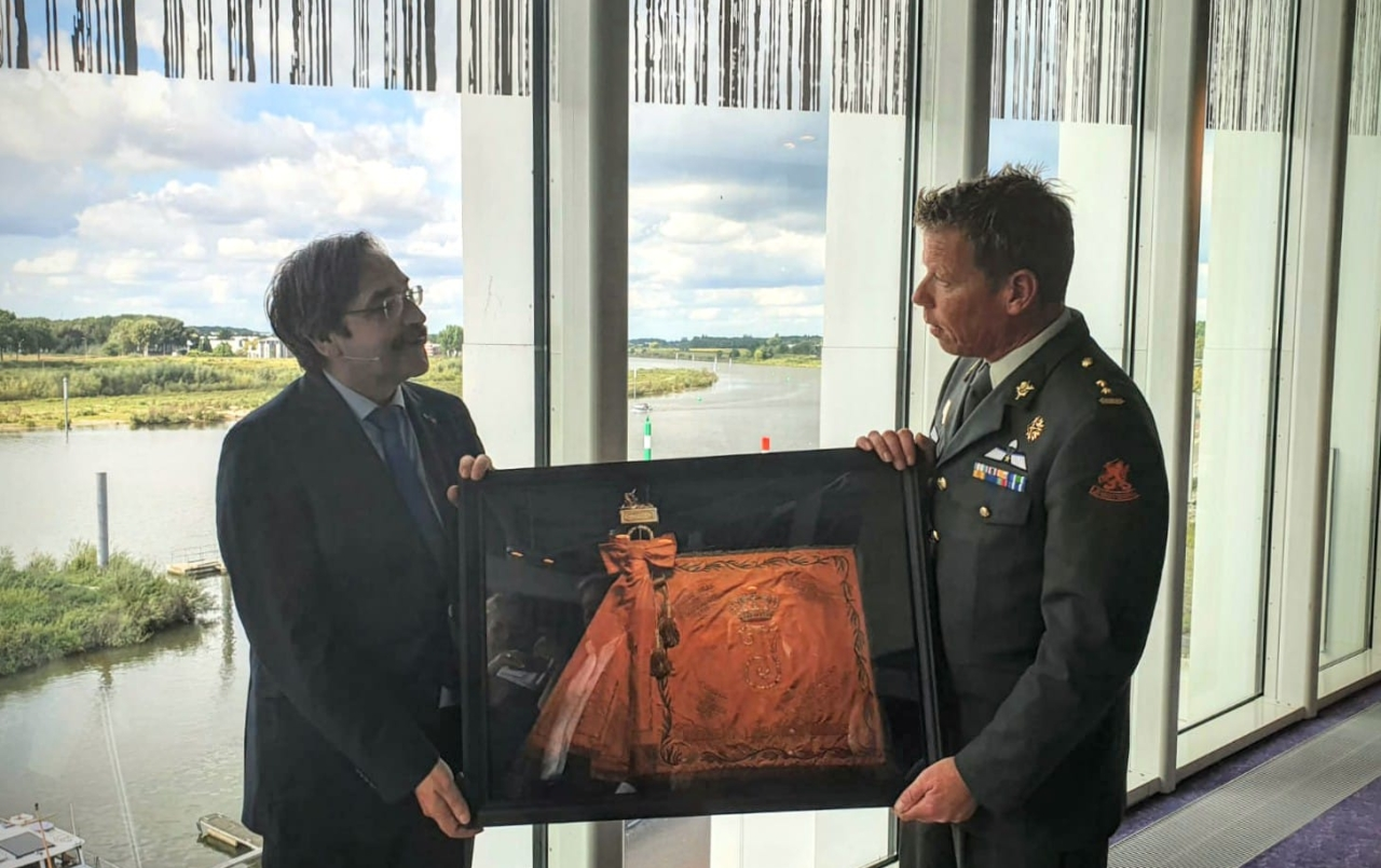 Overhandiging foto van het vaandel aan Theo Bovens