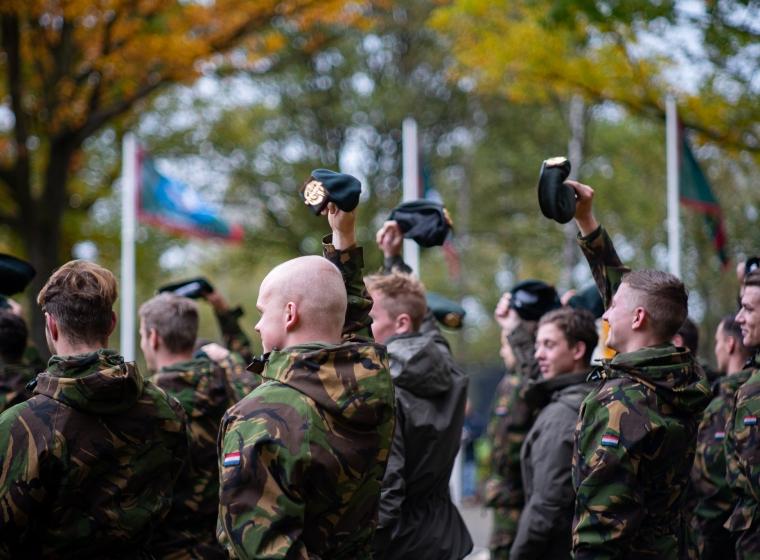 Baret zwaaien tijdens de Regiment's mars