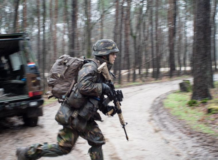 Rennende soldaat tijdens hinderlaag