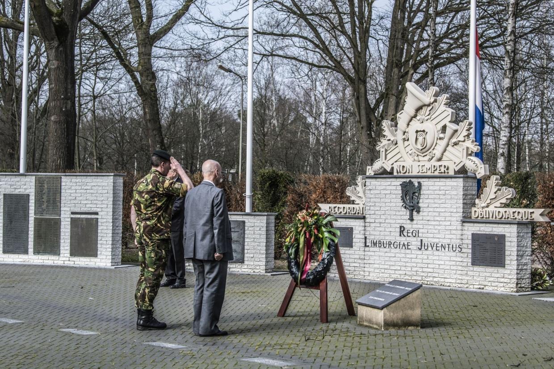 Herdenking Phaffdag door RegimentsCommandant Lkol Goossens en oud Regimentscommandant  Lkol bd Bleijerveld (+)