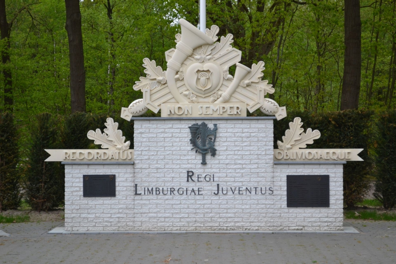 Monument met wapenspreuk